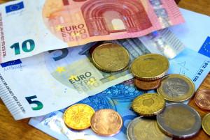 Bei der Zahlung vom Kredit müssen immer auch die Zinsen berücksichtigt werden.