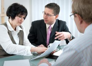 Einen Immobillienkredit schließen Sie bei einem Kreditinsitut zu festen Zinsen ab, um eine Immobilie zu finanzieren.